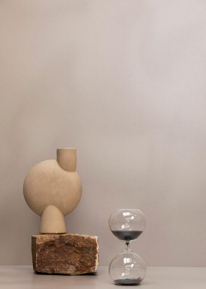 Taupe decoratief plaatmateriaal sfeerbeeld met vaas, steen en zandloper